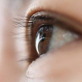 「まぶた」「目尻」「下まぶた」の老化サインに1本でアプローチ! 『目もと用美容液』でハリ!