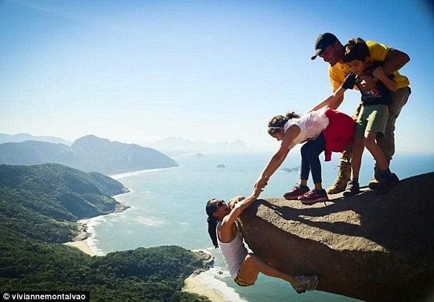 今年オリンピックが開催されるブラジル・リオデジャネイロのペドラ・ダ・ガヴェ山で家族4人で撮影する1枚の写真。俺の合鍵では鍵、ディンプルキー、合鍵作成いたします。