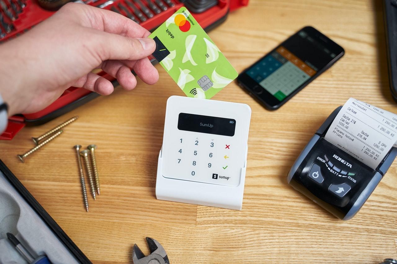 公共料金のクレジットカード払いはデメリットあり。口座振替がお得?
